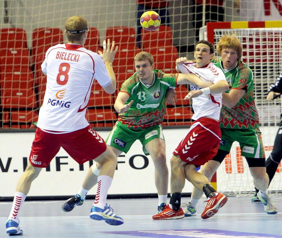 Karol Bielecki (po lewej) i Mariusz Jurkiewicz w meczu z Białorusią /fot. JAVIER CEBOLLADA /PAP/EPA
