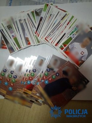 Karty i naklejki z piłkarzami, które padły łupem złodziejki /Policja