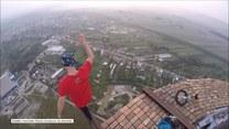Kaskader z Rumunii chwali się umiejętnościami na szczycie 256-metrowego komina