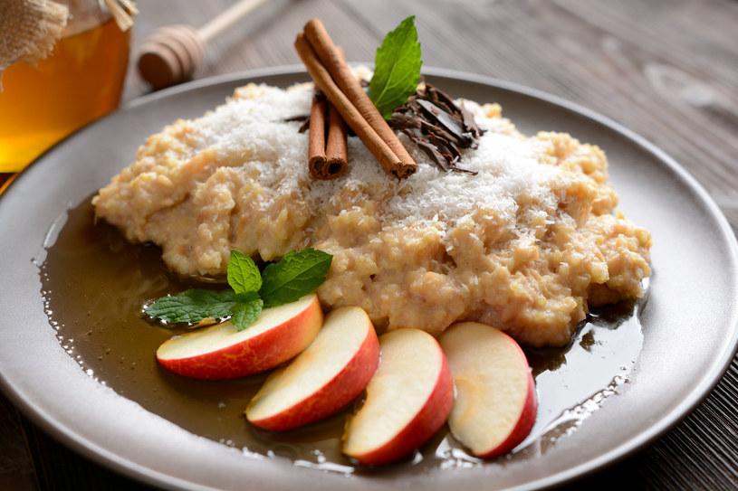 Kasza jaglana z dodatkiem rozgrzewającego cynamonu to idealna propozycja na śniadanie zimą /123RF/PICSEL
