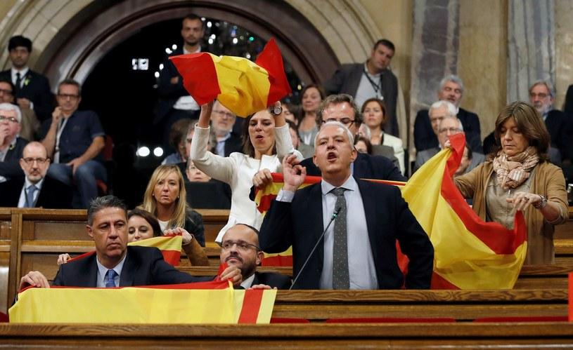 Kataloński parlament przyjął przyjął rezolucję w sprawie ustanowienia niezależnej od Królestwa Hiszpanii Republiki Katalonii /ALBERTO ESTEVEZ /PAP/EPA