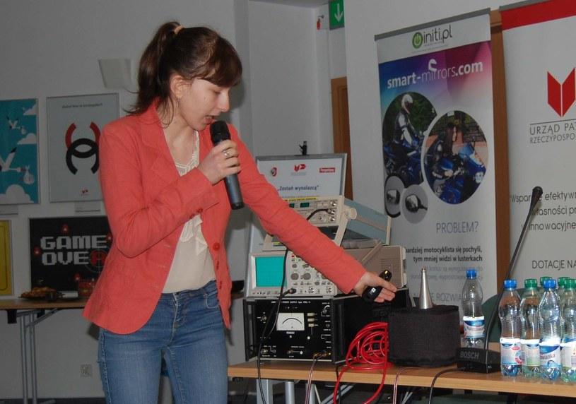 Katarzyna Chrapko ma bardzo ambitne plany na przyszłość - Na zdjęciu uczennica  opowiada o prototypie urządzenia leczącego infradźwiękami /materiały prasowe