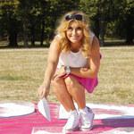 Katarzyna Skrzynecka jak nastolatka! Założyła krótką spódniczkę i młodzieżowe buty!