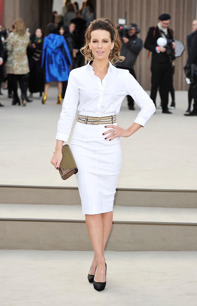Kate Beckinsale (40) uznała, że jej manikiur jest dostateczną ozdobą dla dłoni i zrezygnowała z biżuterii. /Getty Images/Flash Press Media