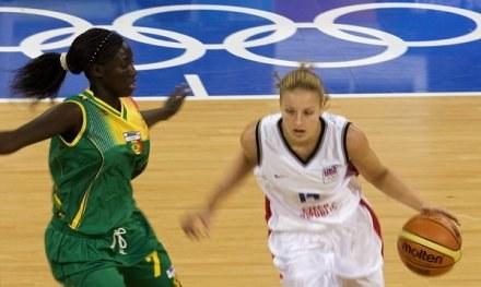 Katerina Elhotova (z piłką) zdobyła 25 punktów dla gospodyń /AFP