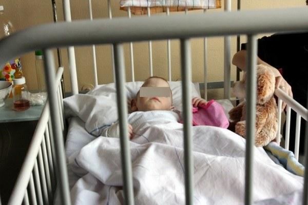 Malutki Pawełek pobity przez matkę, ze złamaną nogą, w szpitalu w Zabrzu, fot. M. Szalast