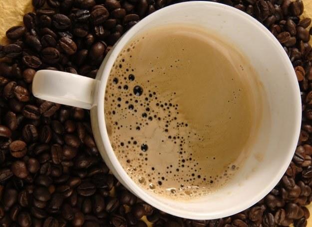 Kawa jest głównym źródłem kofeiny: działa pobudzająco, dotlenia mózg i poprawia koncentrację