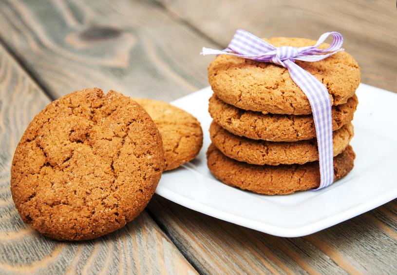 Kawałki czekolady możesz też wcisnąć na wierzch ciasta /©123RF/PICSEL