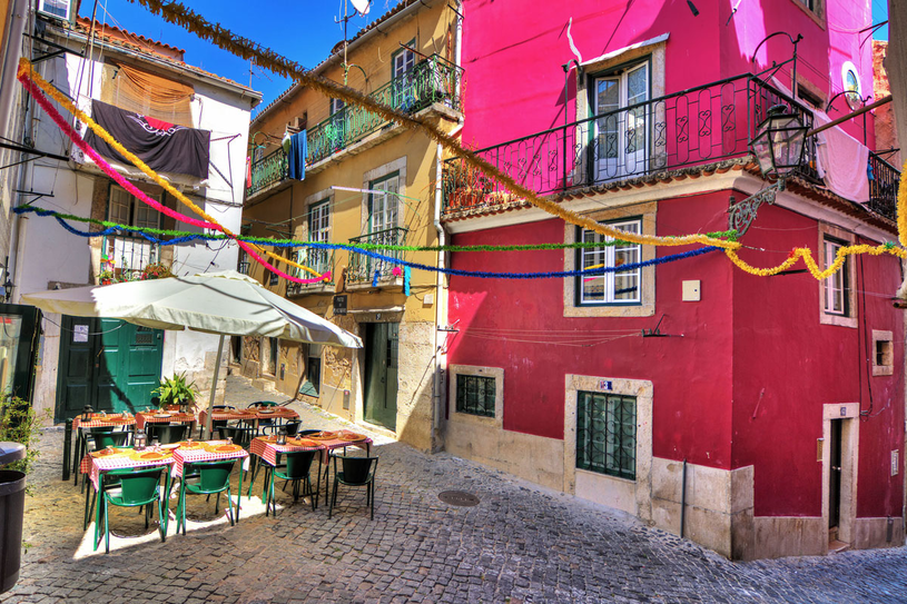 Kawiarnie i restauracje znajdują się w ciasnych uliczkach Lizbony /Picsel /123RF/PICSEL