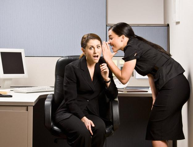 Każda plotka - zarówno dotycząca życia zawodowego, jak i prywatnego czy towarzyskiego - może stać się źródłem prawdziwych problemów /© Panthermedia