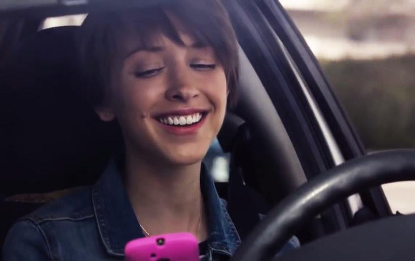 Każde oderwanie wzroku od drogi jest potencjalnie niebezpieczne. Zwłaszcza, jesli czytamy SMSa /