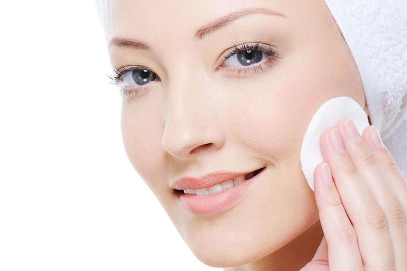 Każdego wieczoru przez cztery tygodnie przecieraj czystą twarz tonikiem. /©123RF/PICSEL