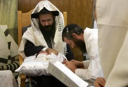 Każdy rodowity żyd wkrótce po narodzinach musi dostąpić sakramentu obrzezania /AFP