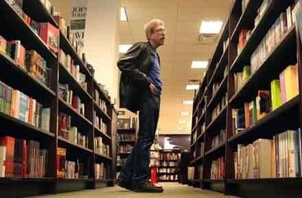"""""""Każdy z nas musi znaleźć własną powieść albo tom wierszy, które pomagają żyć"""" /AFP"""