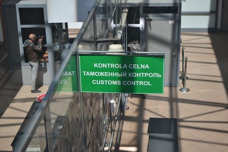 Każdy z uchodźców musi przejść kontrolę celną /Paweł Balinowski /RMF FM