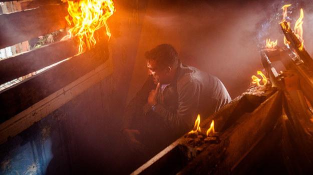 Kazik od razu chwyci gaśnicę z auta, zakryje usta mokrą szmatką i wbiegnie do płonącego domu... I w końcu znajdzie chłopca na podłodze, sparaliżowanego przez strach. /Grzegorz Gołębiowski/PROFILM /materiały prasowe