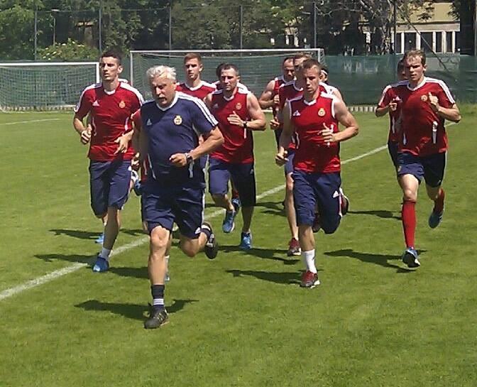 Kazimierz Kmiecik ma 61 lat, ale potrafi z piłkarzami szybko pobiegać nawet w upale. /Michał Białoński /INTERIA.PL