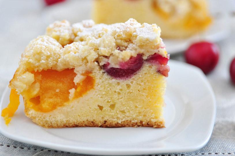 Keks jabłkowy z jeżynami /©123RF/PICSEL
