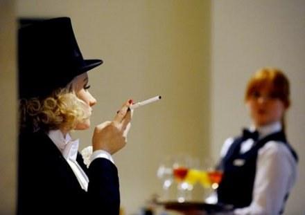 """""""Kelner jak wino, im starszy tym lepszy""""... /AFP"""