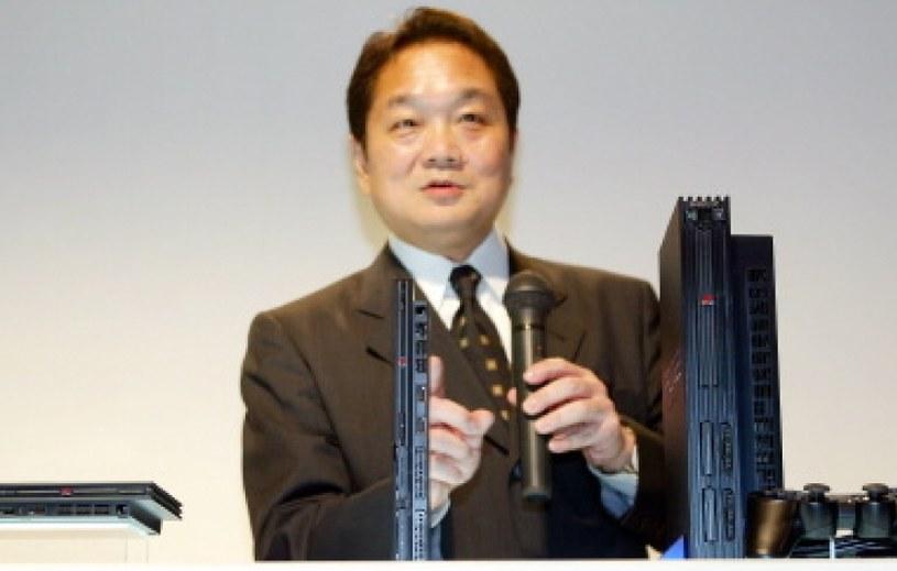 """Ken Kutaragi prezentujący nowy, """"odchudzony"""" model PlayStation 2 /AFP"""