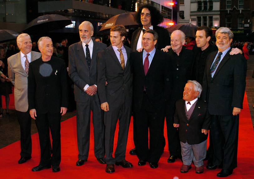 """Kenny Baker na premierze filmu """"Gwiezdne wojny: Część III – Zemsta Sithów"""" /Chris Harding /Getty Images"""
