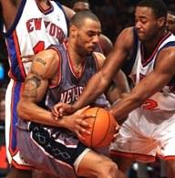 Kenyon Martin walczy o piłkę z Kurtem Thomasem. Knicks-Nets 101:99