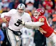 Kerry Collins podał na dwa przyłożenia, ale Chiefs pokonali Raiders /AFP