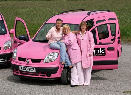 Kerry Katona (z lewej) założyła pierwszą firmę taksówkarską dla kobiet /AFP