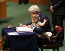 Kerry z wnuczką podpisuje porozumienie klimatyczne