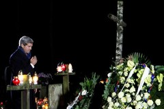 Kerry złożył kwiaty na grobie Mazowieckiego