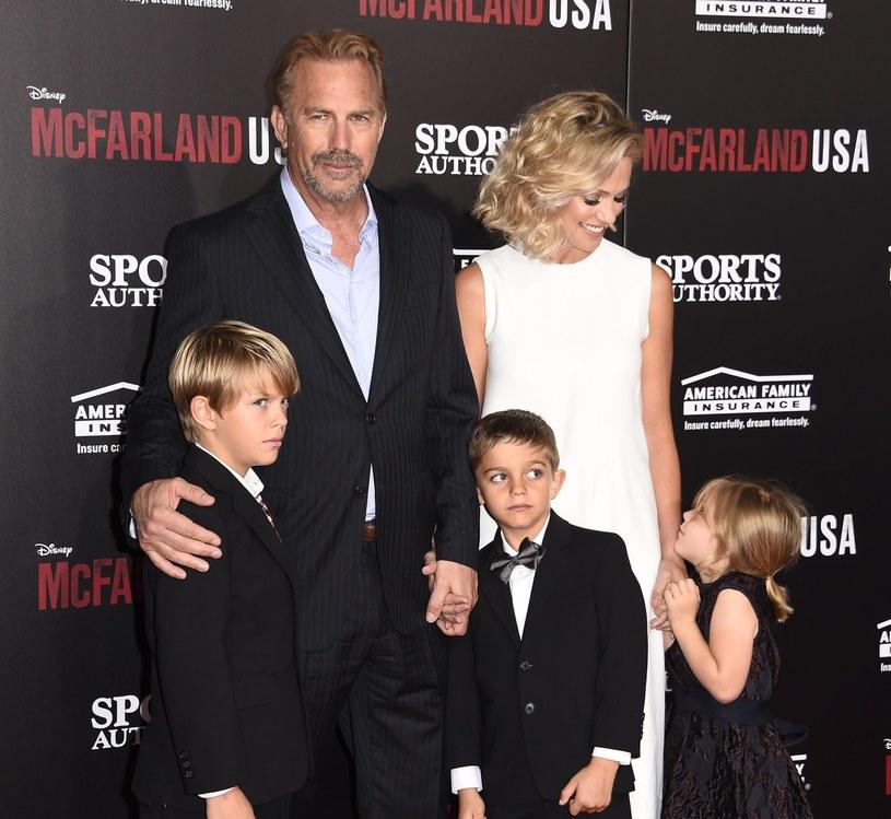 Kevin Costner i Christine Baumgartner z trójką swoich dzieci /AFP