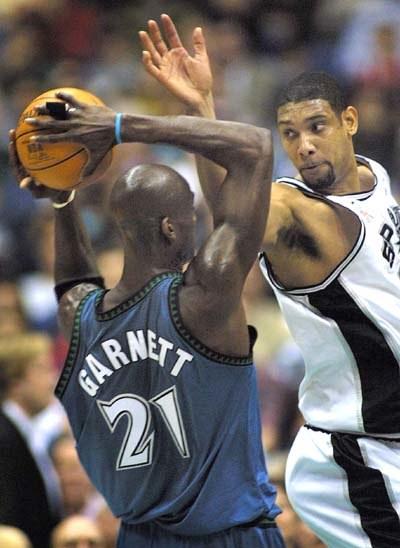 Kevin Garnett i Tim Duncan - obaj zostali wykluczeni z gry