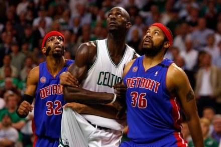 Kevin Garnett (w środku) i Rasheed Wallace (z prawej) zagrają razem w Bostonie? /AFP