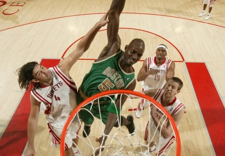 Kevin Garnett w wejściu na kosz Rockets /AFP