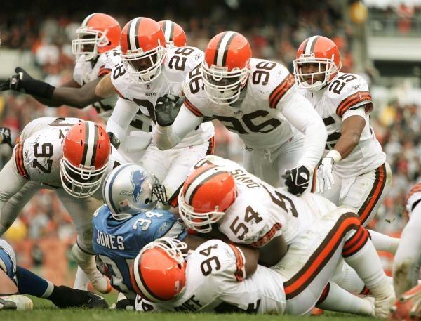 Kevin Jones nie miał szans... ale Lions wygrali z Browns 13-10 /AFP