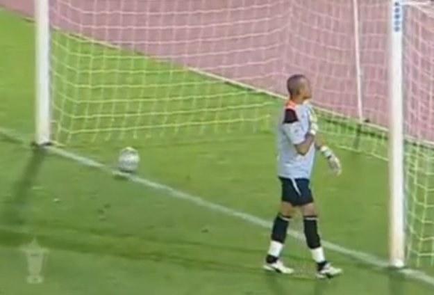 Khaled Askari świętuje obroniony rzut karny, a piłka wtacza się do bramki. Kiks numer 1. /AFP