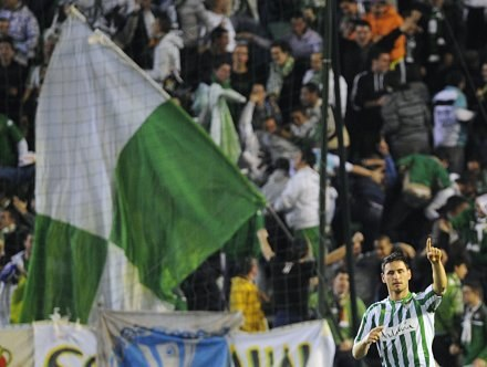 Kibice Betisu przesadzili obrzucając  swoich piłkarzy jajkami. /AFP