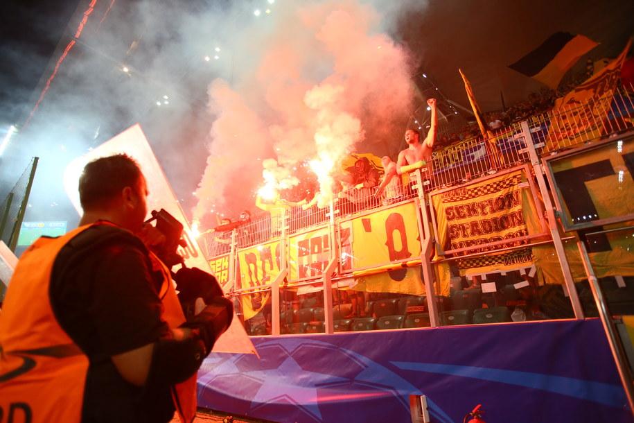 Kibice Borussii Dortmund podczas meczu z Legią Warszawa również odpalili race /Leszek Szymański /PAP