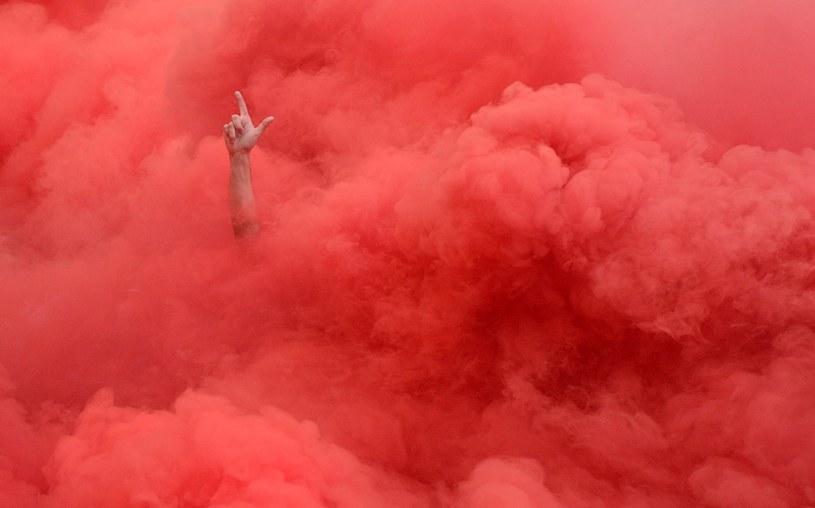 Kibice Legii Warszawa w dymie rac na trybunach /Bartłomiej Zborowski /PAP