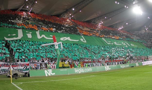 Kibice Legii wywiesili transparent z napisem Jihad Legia Fot. Bartłomiej Zborowski /PAP