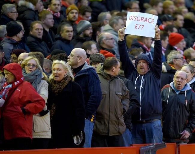 Kibice Liverpoolu opuszczają trybuny podczas meczu z Sunderlandem /PAP/EPA
