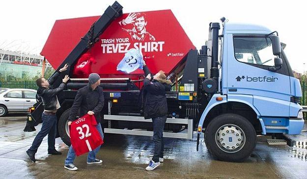 Kibice Man Utd i Man City wrzucają do specjalnej śmieciarki koszulki z nazwiskiem Carlosa Teveza /AFP