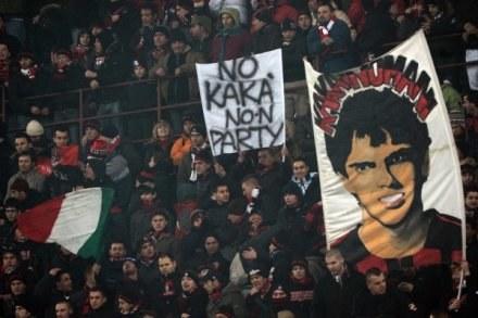Kibice Milanu podczas meczu z Fiorentiną 17 stycznia przekonali Kakę, aby nie odchodził do Man City /AFP