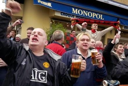 Kibice nie będą skazani na picie piwa w pośpiechu pod sklepem. Wypiją je siedząc na stadionie. /AFP