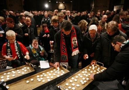 Kibice palą symboliczne świece, upamiętniające zmarłego tragicznie piłkarza /AFP