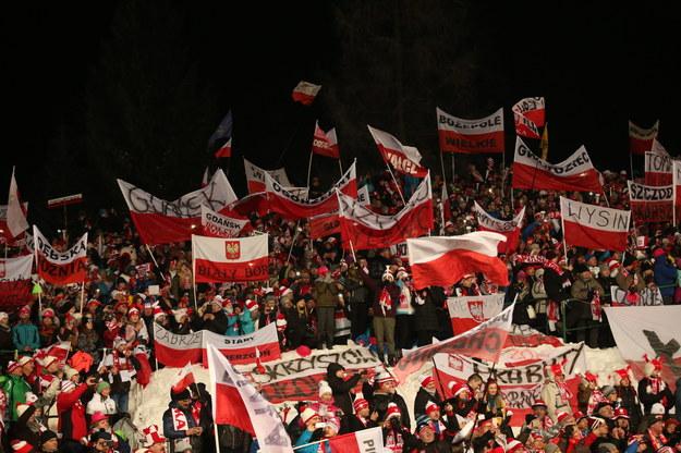 Kibice podczas drugiej serii konkursu indywidualnego Pucharu Świata w skokach narciarskich na Wielkiej Krokwi w Zakopanem /Grzegorz Momot /PAP