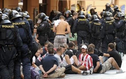 Kibice z Belgradu zatrzymani przez policję w Pradze. /AFP