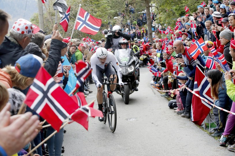 Kibice zaskoczyli organizatorów kolarskich MŚ. Na końcowym 3,5-kilometrowym odcinku trasy, zebrało się ponad 15 tysięcy osób. /PAP/EPA
