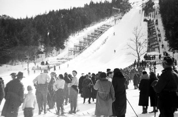 Kibice zebrani pod Wielką Skocznią na Krokwi. Zdjęcie z 1935 roku /Z archiwum Narodowego Archiwum Cyfrowego