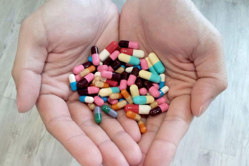 Kiedy bierzesz antybiotyk, słuchaj lekarza. Przestrzegaj jego zaleceń co do czasu kuracji, częstotliwości dawkowania leku /©123RF/PICSEL